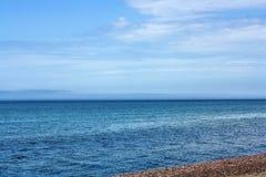Beaux lac et ciel Cerulean purs Image stock