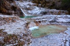 Beaux lacs dans les hautes montagnes constituées par érosion hydrique images stock