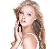 beaux longs jeunes de femme de cheveu bouclé Image stock