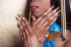 Beaux longs ongles de concepteur, ongles pour des expositions, manucure française photos libres de droits