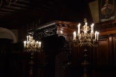 Beaux lustres et plafonds dans le château de Nesvizh image stock