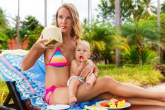 Beaux mère et enfant en plein air nature Mothe de beauté Image libre de droits
