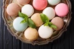 Beaux macarons français en gros plan sur un plateau dessus horizontal images libres de droits