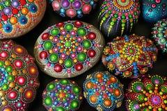Beaux mandalas de roche peints avec une brosse Photo libre de droits
