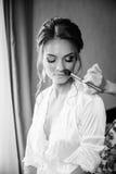 Beaux maquillage et coiffure de mariage de jeune mariée Le styliste fait la jeune mariée de maquillage le jour du mariage photos stock