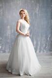 Beaux maquillage et coiffure de mariage de portrait de jeune mariée Image libre de droits