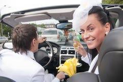 Beaux mariée et marié dans le cabrio Photo stock