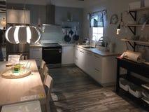Beaux meubles de cuisine à vendre au magasin IKEA Amérique Image libre de droits