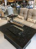 Beaux meubles extérieurs à vendre au marché photographie stock