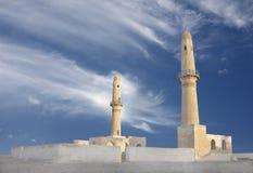 Beaux minarets jumeaux de mosquée de Khamis, Bahrain Image stock