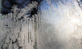 Beaux modèles glacials brillants enduits de Frost de carreau de fenêtre d'hiver de plan rapproché Verre de fenêtre congelé, dessi photo stock