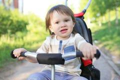 Beaux 20 mois de bébé garçon sur le vélo Photo libre de droits