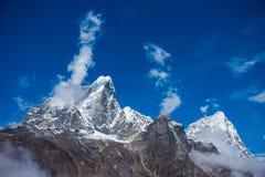 Beaux Mountain View de neige sur l'itinéraire au camp de base d'Everest Photographie stock
