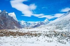 Beaux Mountain View de neige sur l'itinéraire au camp de base d'Everest Photos stock