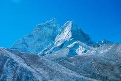 Beaux Mountain View de neige sur l'itinéraire au camp de base d'Everest Image libre de droits