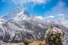 Beaux Mountain View de neige sur l'itinéraire au camp de base d'Everest Images libres de droits