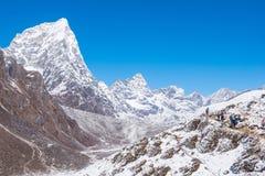 Beaux Mountain View de neige sur l'itinéraire au camp de base d'Everest Images stock