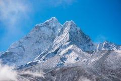 Beaux Mountain View de neige sur l'itinéraire au camp de base d'Everest Photo libre de droits