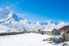 Beaux Mountain View de neige sur l'itinéraire au camp de base d'Everest Photographie stock libre de droits