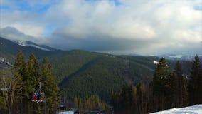 Beaux Mountain View les gens vont skier sur un ascenseur banque de vidéos