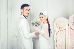 Beaux nouveaux mariés modernes regardant la caméra photo libre de droits