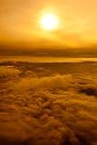 Beaux nuage et colline de coucher du soleil ci-dessus Photos stock