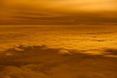 Beaux nuage et colline de coucher du soleil ci-dessus Images stock