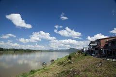 Beaux nuage et communauté dans le côté de pays Image libre de droits