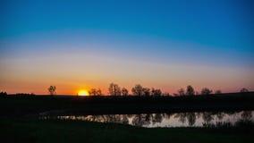 Beaux nuages au-dessus d'un lac au lever de soleil, avec des couleurs brillantes beau lever de soleil sur le lac, période de natu banque de vidéos