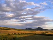 Beaux nuages au-dessus de Ceske Stredohori Photo stock