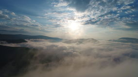 Beaux nuages au-dessus des montagnes de Carpatian banque de vidéos