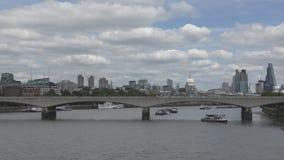 Beaux nuages au-dessus du bord de mer et du pont banque de vidéos