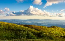 Beaux nuages au-dessus du landscap de montagne d'été Photographie stock