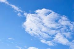 Beaux nuages avec le fond de ciel bleu, le ciel bleu et le Cl blanc photos libres de droits