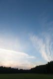 Beaux nuages blancs au-dessus de la forêt et du champ Images stock