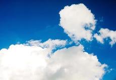 Beaux nuages blancs de cumulus sur un ciel bleu Photo libre de droits