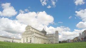 Beaux nuages blancs volant au-dessus de la cathédrale de Pise et de la tour penchée en Italie banque de vidéos