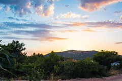 Beaux nuages de coucher du soleil au-dessus des montagnes et océan en Croatie avec photos libres de droits