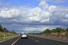 Beaux nuages de tempête au-dessus des routes de campagne Photo libre de droits
