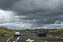 Beaux nuages de tempête au-dessus des routes de campagne dedans Photo libre de droits