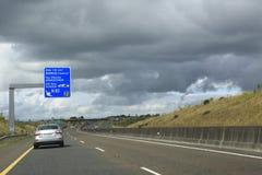 Beaux nuages de tempête au-dessus des routes de campagne dedans Photographie stock libre de droits