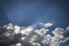 Beaux nuages de tempête rayée d'argent avec les rayons légers et l'espace de copie Photos libres de droits