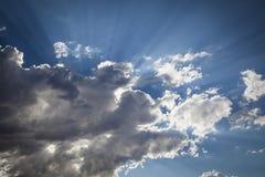 Beaux nuages de tempête rayée d'argent avec les rayons légers et l'espace de copie Image stock