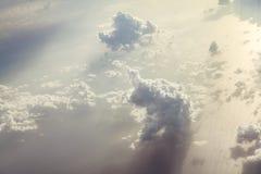 Beaux nuages multi-à gradins peu communs étonnants image libre de droits