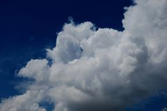 Beaux nuages pelucheux blancs contre le ciel bleu images stock