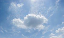 Beaux nuages pelucheux blancs sur un ciel bleu Photo libre de droits
