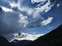 Beaux nuages sur le ciel bleu photos libres de droits