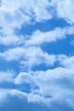 Beaux nuages sur un ciel bleu profond Image libre de droits