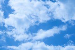 Beaux nuages sur un ciel bleu profond Images libres de droits