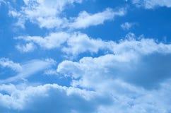 Beaux nuages sur un ciel bleu profond Photo stock